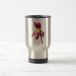 Flor púrpura de la orquídea de deslizador contra taza de viaje