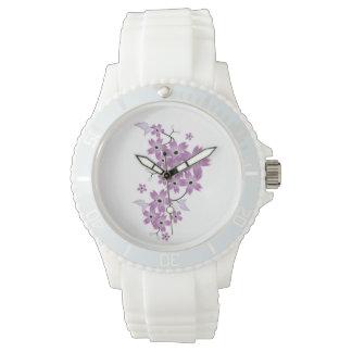Flor púrpura deportivo con la correa blanca del relojes de mano