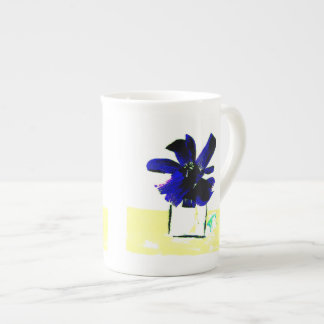 Flor púrpura en la tabla amarilla de Ruth Spector Taza De Porcelana