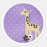 Flor púrpura linda con la jirafa etiqueta redonda