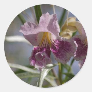 Flor púrpura pegatina redonda