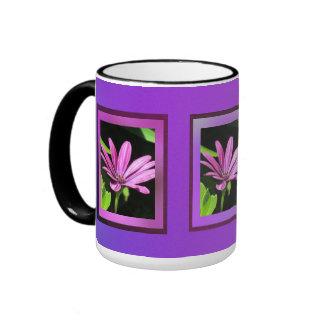 Flor púrpura rosada de la margarita taza de dos colores