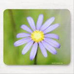 Flor púrpura solitaria tapete de ratón