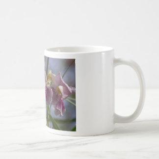 Flor púrpura taza básica blanca