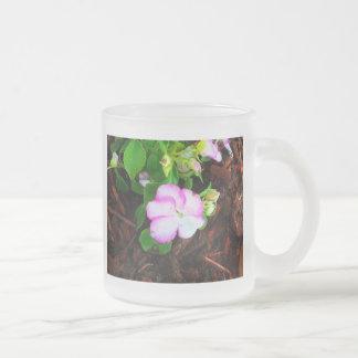 Flor púrpura y blanca taza cristal mate