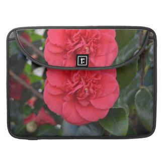 Flor roja de Camelia Fundas Para Macbook Pro