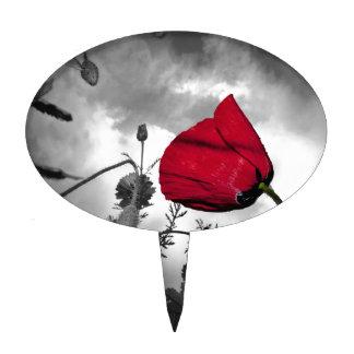 Flor roja de la amapola en el cielo blanco y negro palillos de tarta