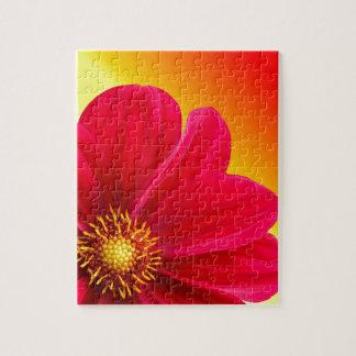 Flor roja de la dalia en un fondo de la pendiente puzzles con fotos
