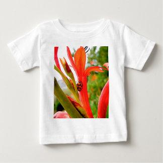 flor roja de la mariquita del legado móvil playera de bebé