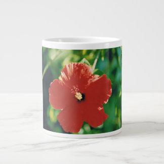 Flor roja del hibisco taza grande