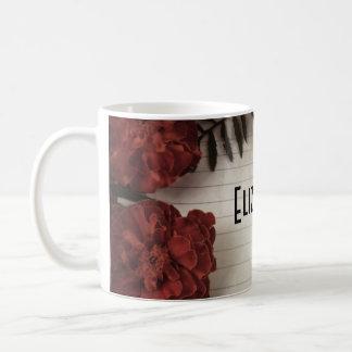 Flor roja en el papel alineado personalizado taza básica blanca