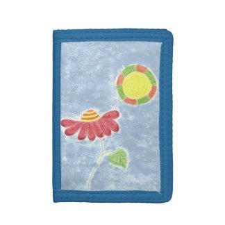Flor roja grande en la cartera azul del niño del
