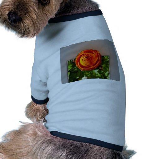 Flor roja que sale del marco camiseta de perrito