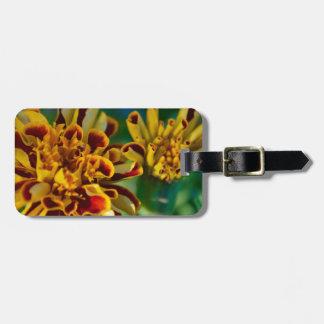 Flor roja y amarilla (primer) etiquetas de maletas