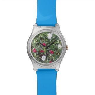 flor roja y blanca reloj de mano