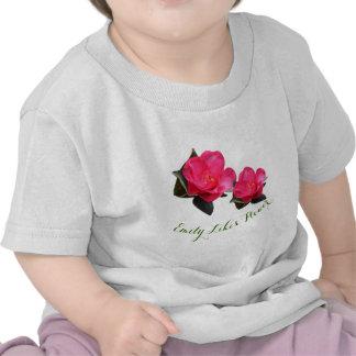 flor rosada bonita de la camelia. La niña tiene Camiseta