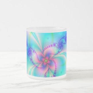 Flor rosada bonita del fractal taza cristal mate