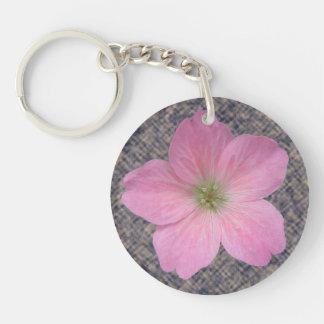 Flor rosada botánica dulce del geranio llavero redondo acrílico a doble cara