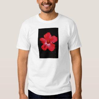 Flor rosada caliente del hibisco en negro remera
