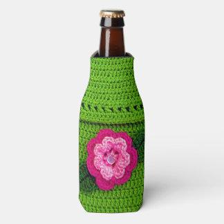 Flor rosada con el ganchillo verde claro del botón enfriador de botellas