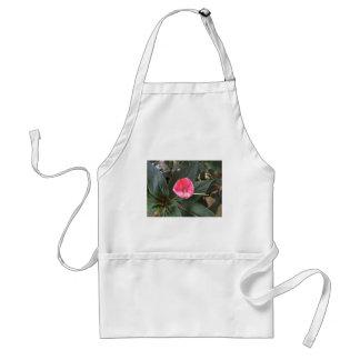 Flor rosada con las hojas verdes delantal