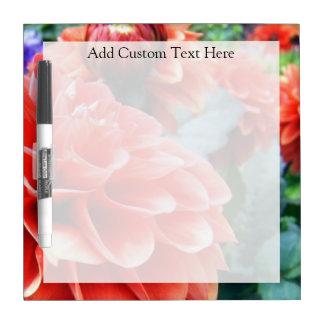 Flor rosada coralina de la dalia tablero blanco