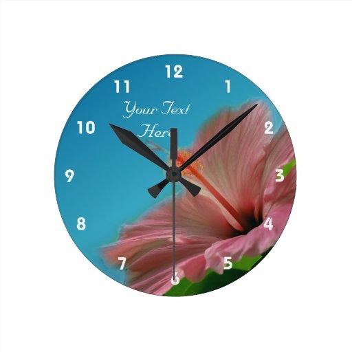 Flor rosada del hibisco personalizada relojes