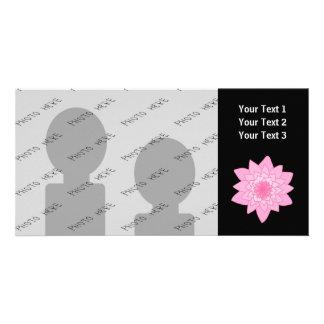 Flor rosada del lirio de agua en un fondo negro tarjeta personal