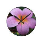 Flor rosada del Plumeria de Hawaii Reloj De Pared