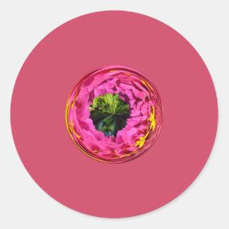 Flor rosada en el globo cristalino pegatinas redondas
