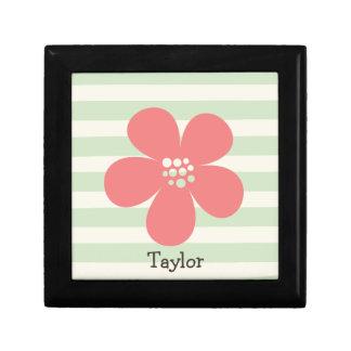 Flor rosada en rayas verdes en colores pastel joyero cuadrado pequeño