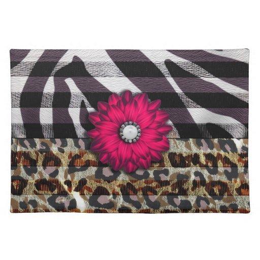 Flor rosada femenina en estampado de zebra del gue mantel