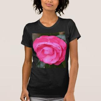 Flor rosada oscura de la camelia en la floración t shirts