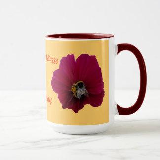 Flor rosada roja de la amapola con una taza de