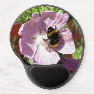 Flor rosada y abeja de la malva de almizcle que re alfombrilla con gel