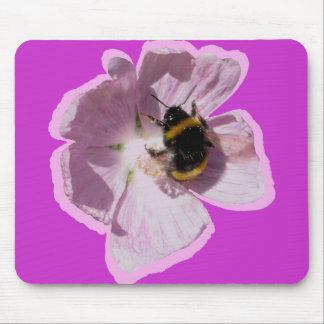 Flor rosada y abeja de la malva de almizcle que re tapete de ratón