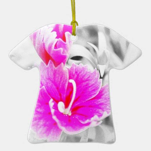 Flor rosada y gris adorno de cerámica en forma de camiseta