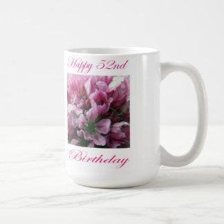 Flor rosada y verde del 52.o cumpleaños feliz taza básica blanca