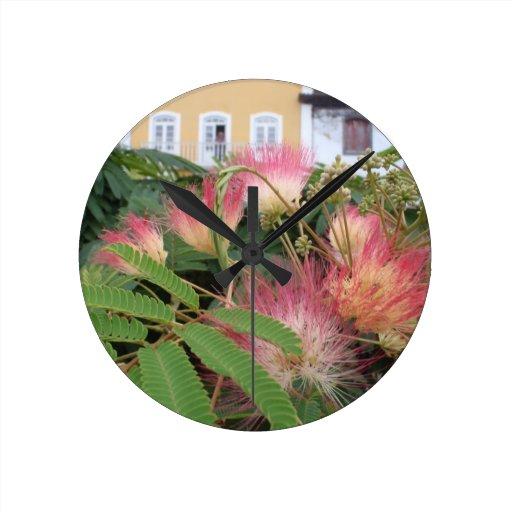 Flor rosado del árbol reloj redondo mediano