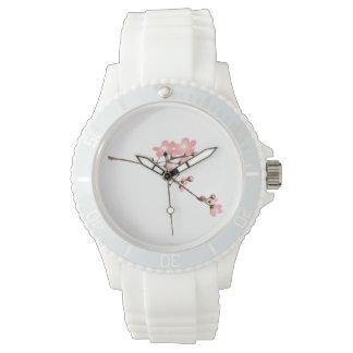 Flor rosado deportivo con la correa blanca del reloj