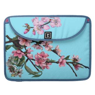 Flor rosado hermoso de la primavera en azul fundas para macbook pro