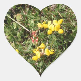 Flor salvaje amarilla pegatina en forma de corazón