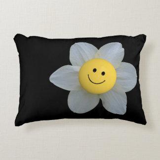 Flor sonriente de la cara en la almohada negra del