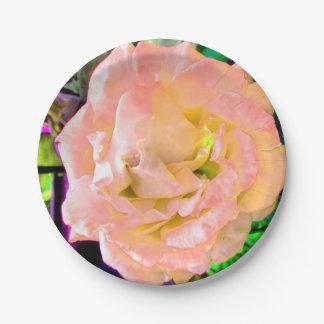 Flor subió imponente del melocotón salvaje en la platos de papel