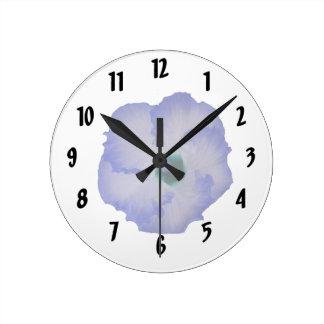 Flor teñida azul del hibisco reloj redondo mediano