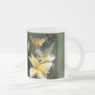 Flor tropical amarilla del plumeria tazas de café