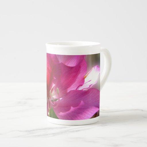 Flor tropical rosada asombrosa del árbol taza de porcelana