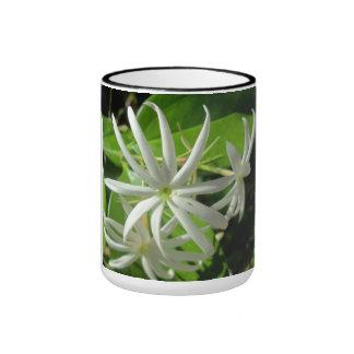 Flor verde blanca del jazmín taza de dos colores