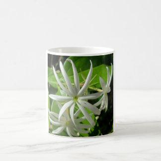Flor verde blanca del jazmín taza mágica