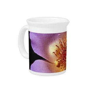 Flor violeta vibrante del resplandor interno jarras para bebida